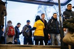 Padrão da noite de Londres da distribuição da mulher na porta de entrada da saída do metro à grande multidão de assinantes Foto de Stock Royalty Free