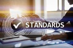 Padrões, controle da qualidade, segurança, ISO, caixa de seleção na tela virtual foto de stock
