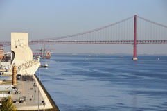 Padrao DOS Descobrimentos u. 25 de Abril Bridge Stockbild