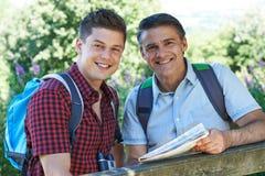 Padre With Adult Son en paseo en campo junto Foto de archivo