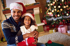 Padre afroamericano con la hija para la Nochebuena Imagen de archivo