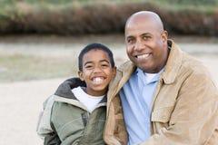 Padre afroamericano e hijo que pasan el tiempo junto Imagen de archivo