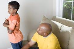 Padre afroamericano que tiene dificultad parenting su hijo Fotos de archivo