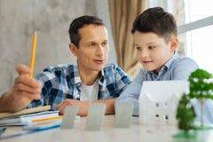 Padre agradable que dice a su hijo sobre fuentes de energía alternativas Imagenes de archivo