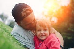 Padre alegre e hija linda que pasan tiempo al aire libre foto de archivo libre de regalías