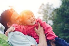 Padre alegre e hija que pasan el tiempo en el parque, familia feliz foto de archivo