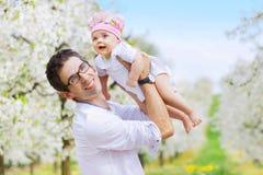 Padre allegro che tiene il suo bambino caro immagini stock libere da diritti