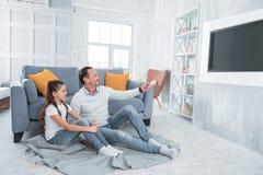 Padre allegro e figlia felici che guardano TV Immagini Stock Libere da Diritti