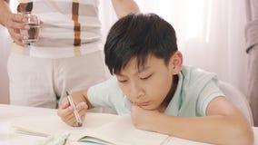 Padre asiático que habla y que aconseja a su adolescente frustrado con la preparación Foto de archivo