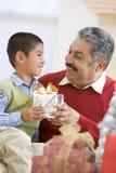 Padre asombrosamente del muchacho con el regalo de Navidad Imagen de archivo libre de regalías