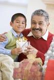 Padre asombrosamente del muchacho con el regalo de Navidad Foto de archivo libre de regalías