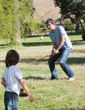 Padre atlético que juega a béisbol con su hijo Foto de archivo libre de regalías