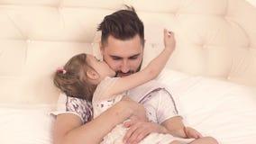 Padre blando que cuida que abraza a su pequeña hija almacen de video