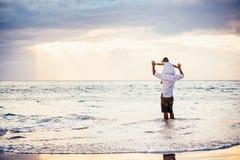 Padre in buona salute e figlia amorosi che giocano insieme alla spiaggia Fotografie Stock Libere da Diritti