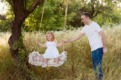 Padre in buona salute e figlia che giocano insieme al tramonto Immagine Stock Libera da Diritti