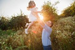 Padre in buona salute e figlia che giocano insieme al tramonto Fotografia Stock Libera da Diritti