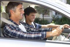Padre On Car Journey con el hijo adolescente Foto de archivo libre de regalías