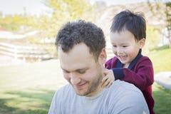 Padre caucásico Having Fun con su hijo del bebé de la raza mixta Fotografía de archivo libre de regalías