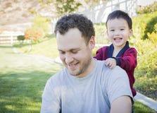 Padre caucásico Having Fun con su hijo del bebé de la raza mixta Imágenes de archivo libres de regalías