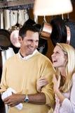 Padre cercano e hija adolescente que ríen en cocina Imagen de archivo libre de regalías