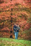 Padre che cammina con i bambini nel parco di autunno Fotografia Stock