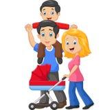 Padre che dà il suo giro di a due vie del figlio con la madre che spinge carrozzina Immagini Stock