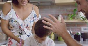 Padre che dà su cinque a suo figlio in cucina a casa 4k stock footage