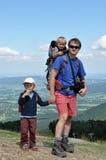 Padre che fa un'escursione con i suoi bambini Fotografia Stock Libera da Diritti