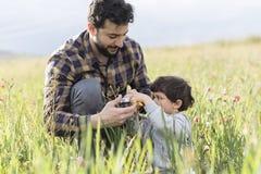 Padre che gioca automobile con suo figlio Immagine Stock