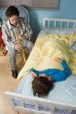 Padre che gioca Clarinet per il figlio all'ora di andare a letto Immagini Stock Libere da Diritti