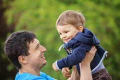 Padre che gioca con il suo figlio immagini stock libere da diritti