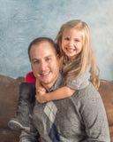 Padre che gioca con la sua figlia Fotografie Stock Libere da Diritti