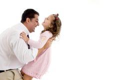 Padre che gioca con la sua figlia sveglia Immagine Stock