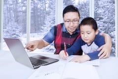 Padre che guida suo figlio per imparare Fotografia Stock Libera da Diritti