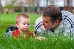 Padre che insegna a suo figlio circa la natura Fotografia Stock Libera da Diritti