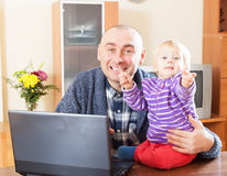 Padre che lavora con il bambino Fotografia Stock Libera da Diritti