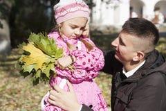 Padre che parla con figlia Fotografie Stock