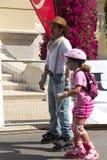 Padre che pattina con la figlia Immagine Stock