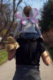 Padre che porta la piccola ragazza del bambino fotografie stock