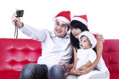 Padre che prende un'immagine della famiglia fotografia stock
