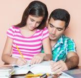 Padre che studia con sua figlia Fotografia Stock