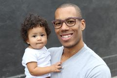 Padre che tiene la sua piccola figlia sveglia immagini stock libere da diritti