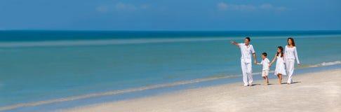 Padre Children Family Walking della madre su panorama della spiaggia fotografie stock
