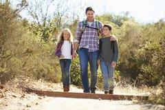 Padre And Children Hiking in campagna fotografia stock libera da diritti
