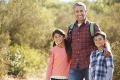 Padre And Children Hiking in campagna fotografia stock