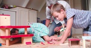 Padre And Children Playing con i giocattoli in camera da letto stock footage