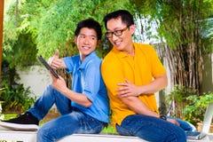 Padre chino e hijo asiático en casa imágenes de archivo libres de regalías