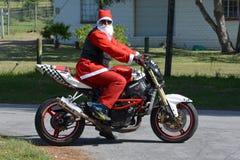 Padre Christmas en la motocicleta Imágenes de archivo libres de regalías