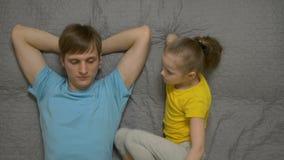 Padre Communicates Daughter almacen de video