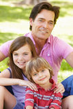 Padre con con i bambini all'aperto Immagine Stock